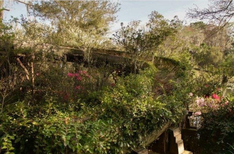 Antigo tobogã de água abandonado no parque River Country