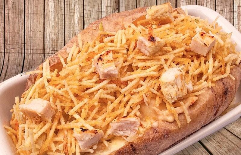 Uma das opções no cardápio são as batatas recheadas!