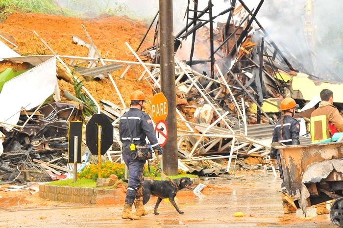 Desmoronamentos tiraram a vida de diversas pessoas durante a enchente   Foto Arquivo OCP News
