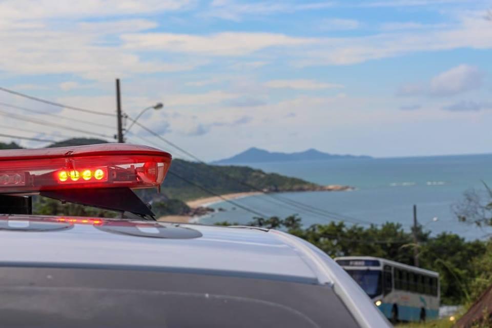 Homem tenta estuprar mulher em praia de Balneário Camboriú