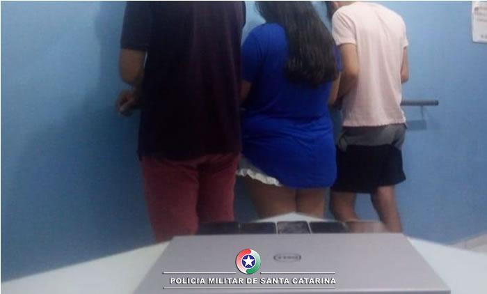 Três pessoas foram presas na ocorrência de exploração sexual de menor| Foto: 14º BPM/Divulgação