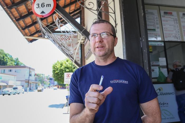 Jean Buzzi trabalha desde os 15 anos no local e é contra a mudança de endereço do terminal   Foto Eduardo Montecino/OCP News