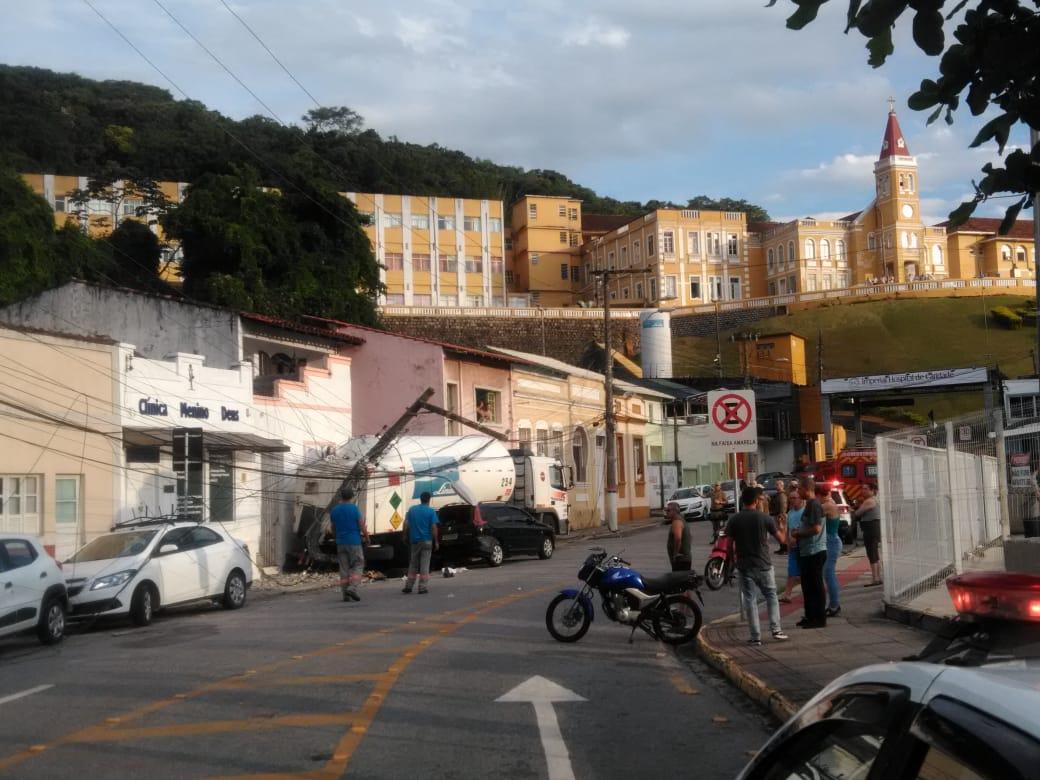 Caminhão atingiu carro e poste no centro de Florianópolis | Foto Billy Culleton/Especial OCPNews