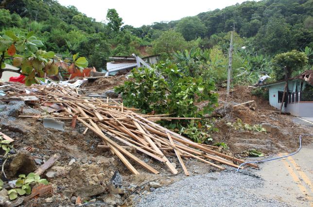 Ao todo, dez residências foram atingidas pelo deslizamento | Foto: Cláudio Costa/OCP News