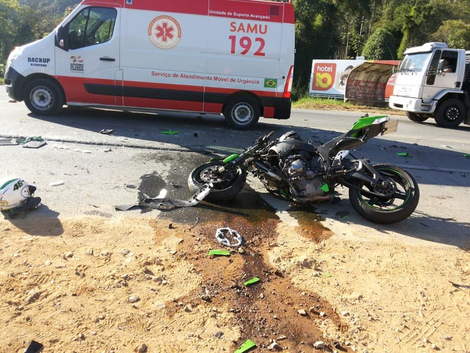 Motocicleta Kawasaki Ninja envolvida tem placa de Jaraguá do Sul, segundo a PRF | Foto Ponte FM Indaial 98,3