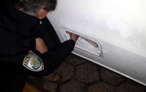 Foto mostra policial procurando drogas em compartimentos ocultos do veículo