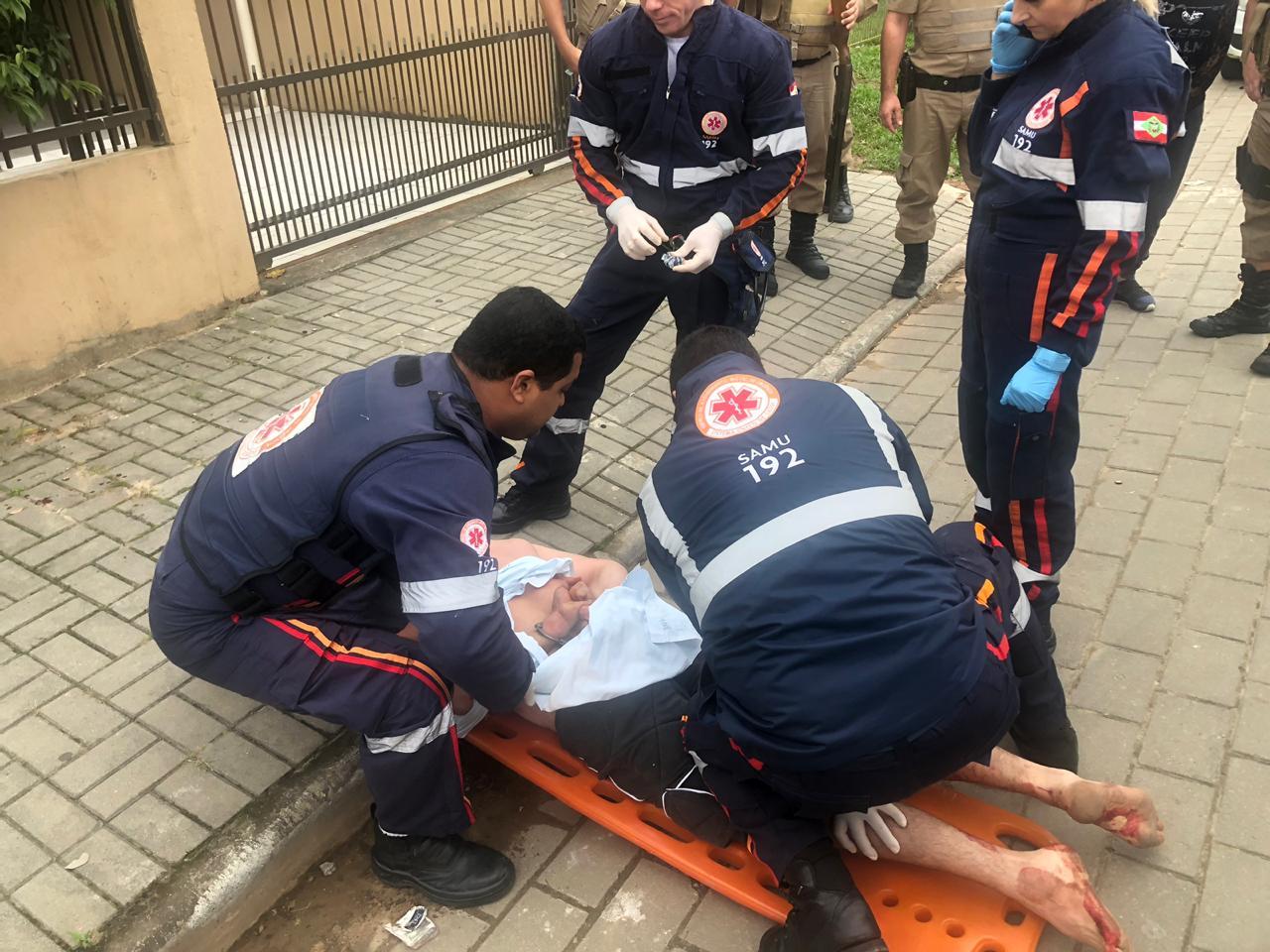 Em surto, homem foi imobilizado pelas equipes do Samu e levado ao hospital   Foto Polícia Militar Divulgação