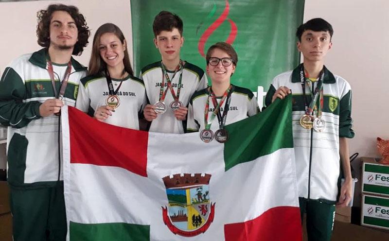 Os medalhistas da equipe: Gustavo Doge (E), Mariana Wolff, Lucas Piccoli, Caroline Zago e Gustavo Oliveira   Foto Divulgação