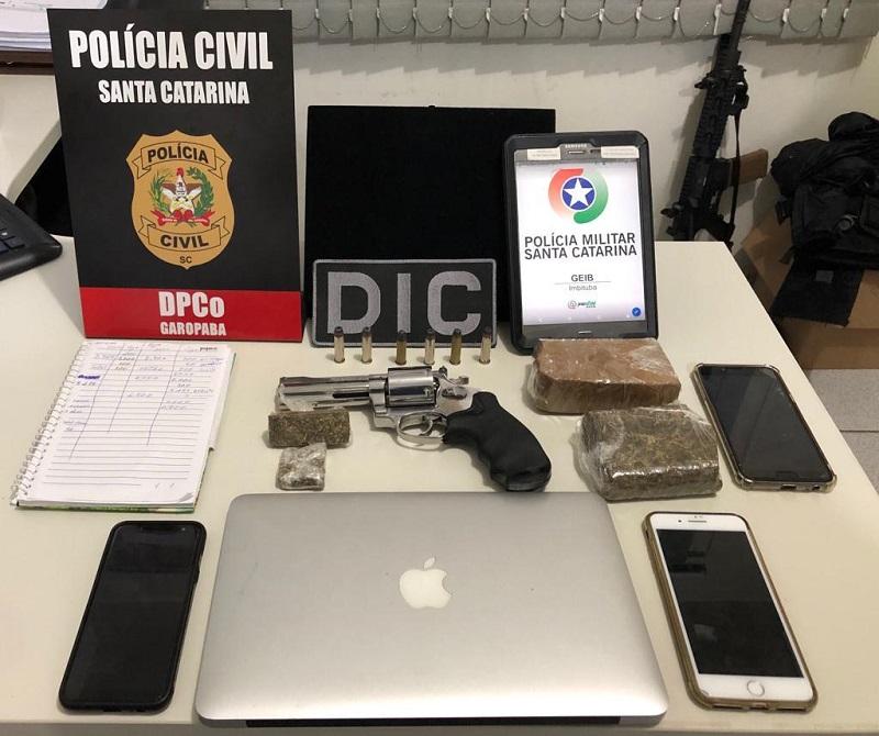 Cinco pessoas foram presas e foram apreendidas drogas e uma arma de fogo | Foto Divulgação