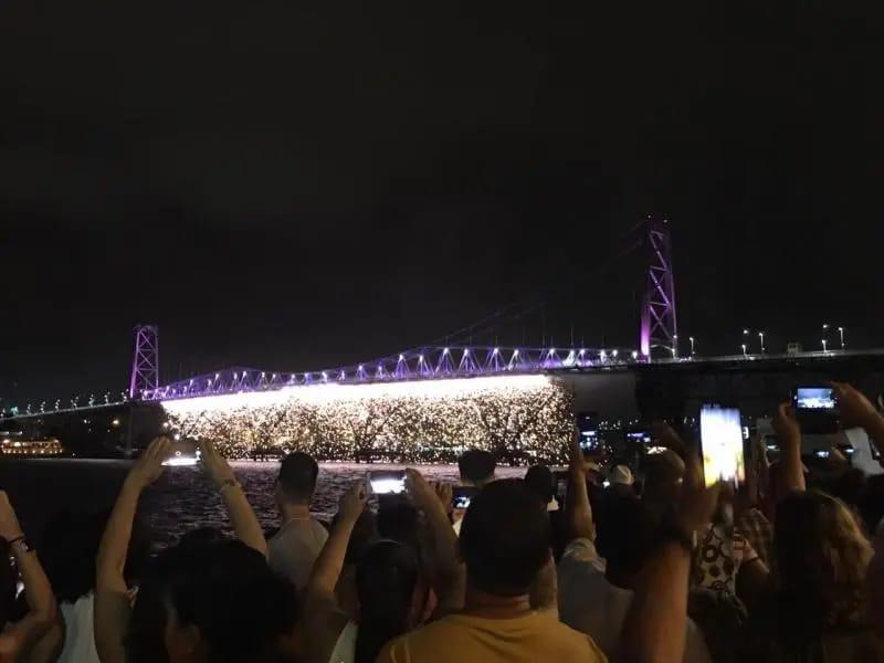 Cascata de fogos da Ponte Hercílio Luz foi o destaque do Réveillon de Florianópolis | Foto PMF/Divulgação