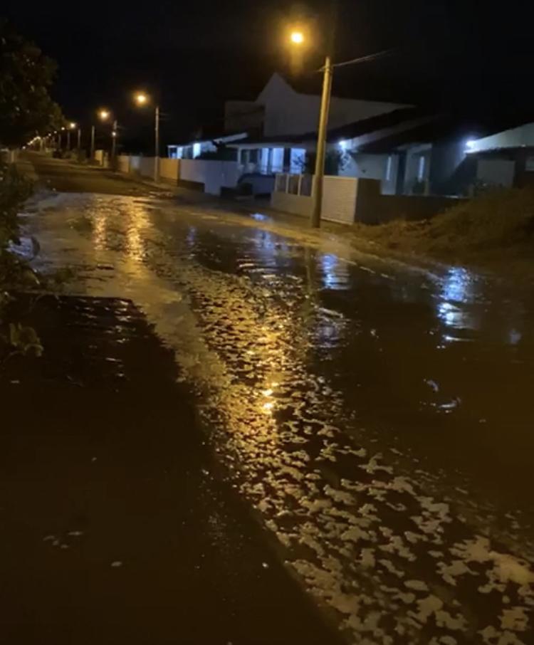 VÍDEO: Mar invade ruas após forte ressaca no Sul catarinense