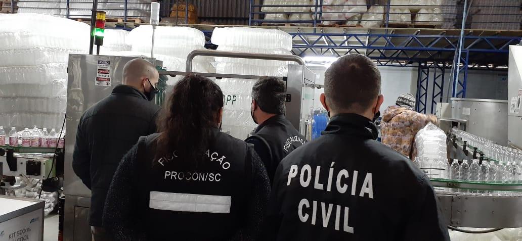 Ação conjunta interdita fábrica de álcool em gel em Tubarão