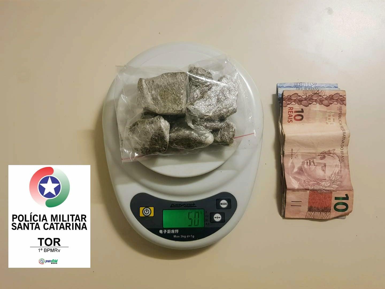 Policiais encontraram 50g  de maconha, além de R$ 28,50 em espécie | Foto PMRV/Divulgação