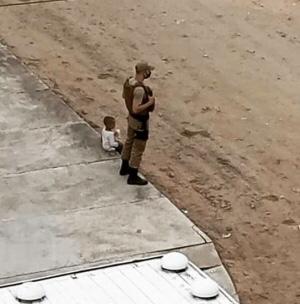 Policial que acolheu menino no dia das eleições será homenageado