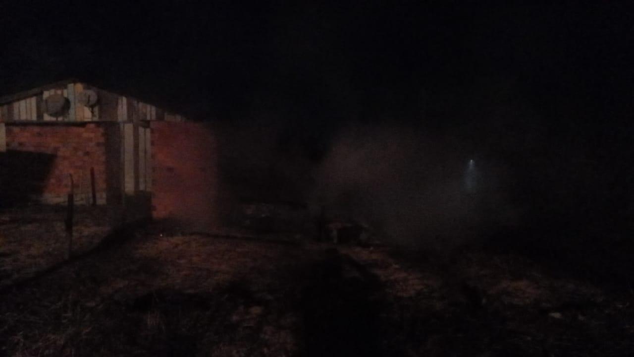 Fogo colocado em lixo se espalha e atinge residência na Praia do Torneiro