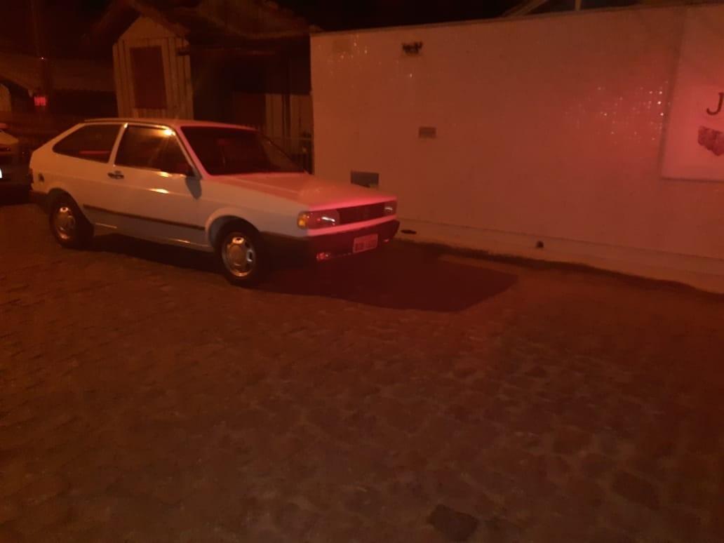 Dono de carro roubado encontra veículo e detém autores do roubo até a chegada da polícia, em Tubarão
