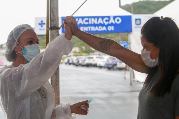 Vacinação é um dos fatores que ajudam a melhorar o cenário do combate à Covid-19 em SC | Foto Divulgaçáo/PMF